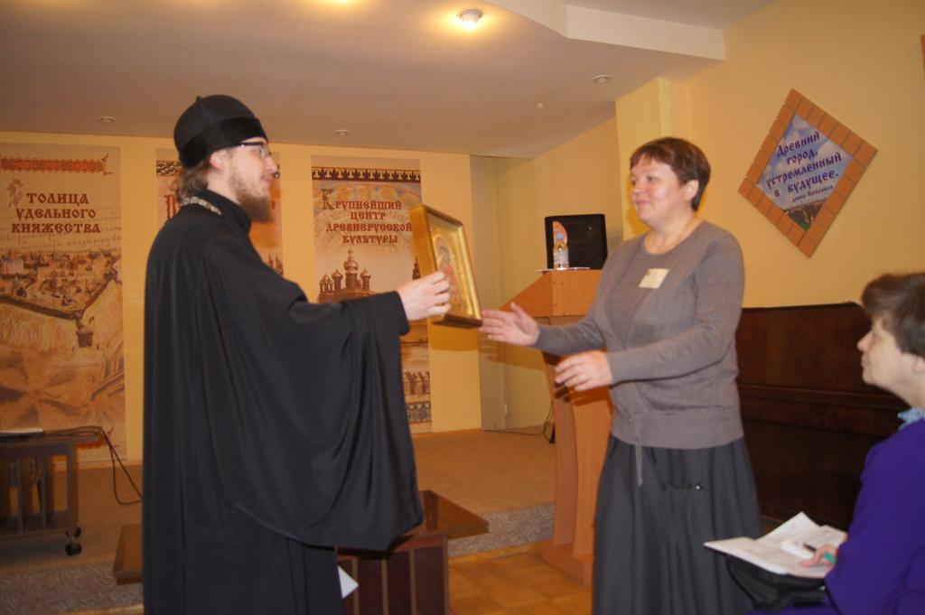 Секретарь Епархиального Совета протоиерей Алексей Кириллов вручает икону в дар библиотеке