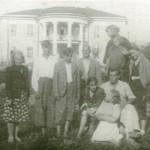 Черелисино. Стоят слева направо: О. Г. Лангбард, братья Манизеры, И. Г. Лангбард, Е. А. Янсон-Манизер с дочерью Стелой