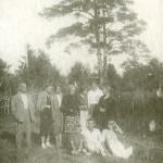 Стоят слева направо: 1-й - И. Г. Лангбард, 3-й и 6-й - сыновья М. Г. Манизера, 4-я - О. Г. Лангбард
