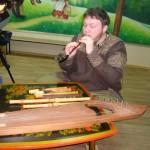 А. А. Вакуров  демонстрирует старинные музыкальные инструменты